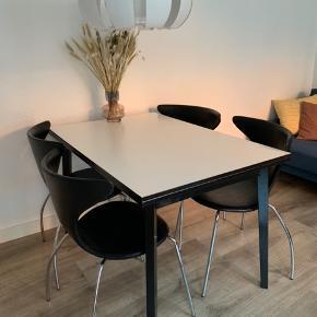Fint spisebord, kan ikke husk mærke. Jeg har malet bordet sort, da det før var træ-farvet, derfor er prisen så billig  Kan hentes i Hedensted eller Aarhus