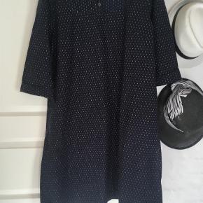 Varetype: Midi Størrelse: 44 Farve: Blå  Fin let rummelig kjole blå med hvide prikker Brystmål 59 x2 cm Længde 101 cm Mener det er bomuld