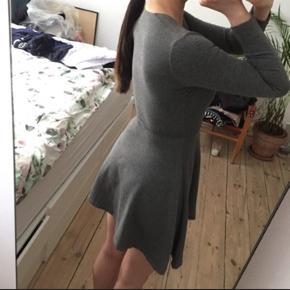 Flot American Apparel kort mørkegrå kjole god til nytår.  Kjolen er bedst egnet med underdel, da den er kort.   Den er som ny, og fejler ingenting.   Kan afhentes på Nørrebro eller sendes mod betaling af fragt.   Foretrækker mobilepay som betaling. Handler også via TS såfremt køber betaler for alle gebyrer.