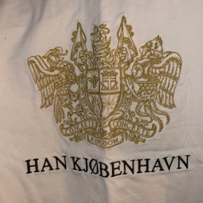 Sælger denne mega flotte HAN København t-shirt købt i samsøe samsøe. Aldrig brugt. Dog er mærket ved at ryge af i den ene siden. Kan dog sys på igen. Ny pris 600 kr Sælges for 300. Eller kom med bud