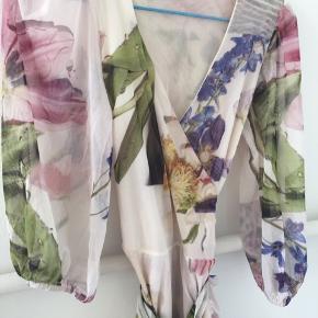 Så fin slå-om wrap kjole i mesh med blomsterprint. Kun brugt en gang