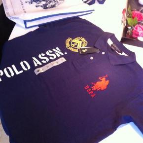 Brand: U.s. Polo assn. Varetype: Polo flunkende ny Størrelse: L/XL Farve: Mørkeblå se Oprindelig købspris: 499 kr.  Måler 2 x 60 over brystet - bud også velkommen