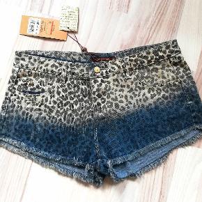 Super flotte shorts med leopard mønster, helt nye 🤩 Str. 38, der kan passes til 36. Sender gerne og hurtig🚀📬