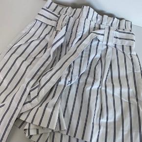 Shorts. Mp 200kr. Str S