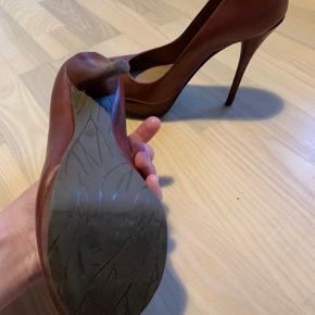 Stilettos fra Dumond. De er bløde og stabile at gå i. Dumond lager rigtig gode sko! Plateau tå. Brugt 1 gang. Burgunder. Ægte læder. Kommer i originalæske. Sælges da de ikke bliver brugt af mig.