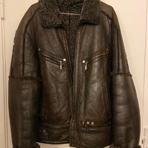 Helt unik shearling jakke i ægte skind og for. Fejler intet!