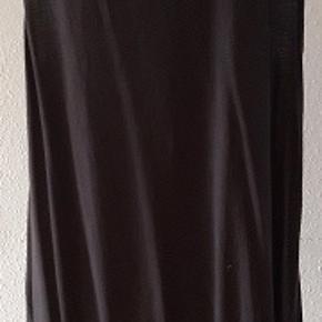 Tunika eller kjole fra Cassipeia i Stor Størrelse -  50/52.  Curves model  Farve- koksgrå Materiale   50% cotton ,  50% viskose Brystmål - 128 cm Længde målt bag fra nakken   - 83 cm Brugt 2 gange