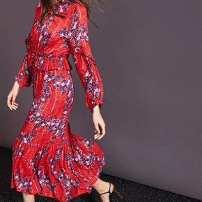Fin kjole fra Munthe.  Brugt få gange.   Handler som udgangspunkt via. mobilepay. Hvis køber ønsker TS-handel, så betaler køber gebyr på 5%.