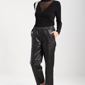 Varetype: Skind / læder Farve: Sort Prisen angivet er inklusiv forsendelse.  Lækker buks bytter gerne til en 42 eller 44 Liv 2 x 40 til 50 ( grundet elastik ) Hel længde 92 cm
