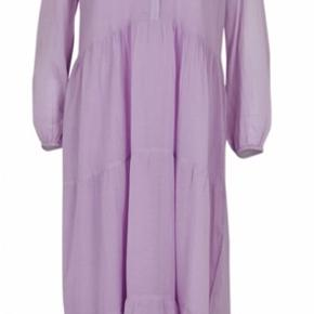 Fin kjole i lavendel farve. Brugt en enkelt gang. Ny model🌸