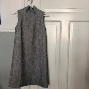 Skrædddersyet Højhalset kjole. Passer en XS / S. Aldrig brugt.