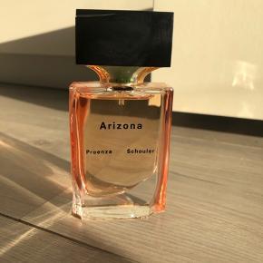 30 ml Arizona parfume fra Proenza Schouler. Produktet er så god som ny. Prøvet én gang, ellers aldrig brugt. Frisk og sommerlig duft af blomster.