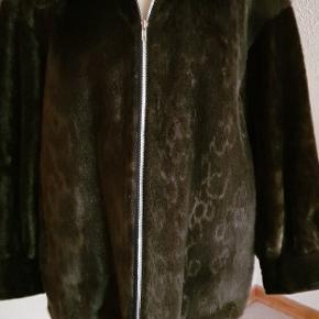 Flot sælskindspels i lækker tidløst snit. Standen udelukkende sat til GMB, da det kan anes ved håndleddene at den har været brugt, ellers som ny. Flot mørk sæl og dejligt blød