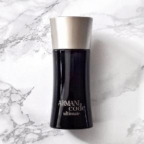 Armani Code Ultimate 50 ml Eau de toilette.  Sælger den sjældne, og desværre udgående Armani Code Ultimate fra modehuset Giorgio Armani. Med lækre noter af Mandarin, grapefrugt, stjerneanis, olivenblomst, cypress, vanilje, tonka, gaiac wood og cedertræ mm. Nok til dato, den bedste version af Code-DNA'et.  Parfumen er helt ny, og kun lige testet.  Eventuelt byttes til anden parfume/parfumer.  Afhentes, eller kan sendes med DAO for 37,- ekstra.  Tjek også mine andre annoncer, der kunne være andet som havde interesse.