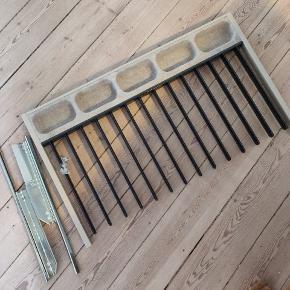 Super fin IKEA buksestang med udtræk til pax systemet i 100 cm.  Har et rum med plads til fx slips og bælter.   Fejler intet og er så god som ny.  Kan afhentes i Odense C for 75 kr.