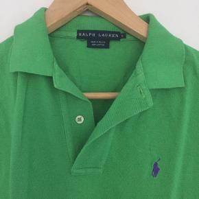 Cool grøn Ralph polo, str S, men passer også en M. Super fin kvalitet, selvom den er brugt lidt.