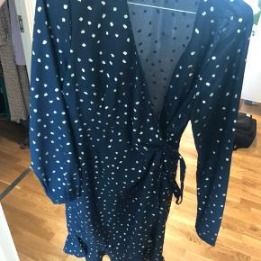 Super fin slå om kjole i mørkeblå med guld prikker - brugt en enkelt gang