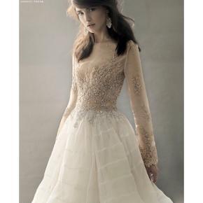 Smukkeste jellyfish kjole fra Narces i hvid med håndsyet perler. Perfekt konfirmationskjole, brudekjole el.lign.  Nyprisen er 6.500 kr.  Stadigvæk med prismærke.   Description - Silk Organza lace and bead embellished dress Shell 100% Silk, Lining 100%