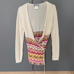 Smukkeste binde bluse fra M Missoni i str IT42 = EU 36. Skøn knækket hvid med lyse nuancer i bunden. Som altid smukt tyndt strik.
