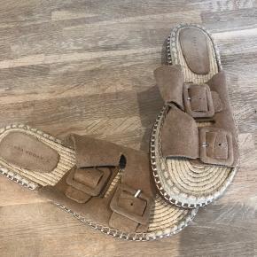 Så fine Birkenstock agtige sandaler i ruskind. Kun brugt et par timer
