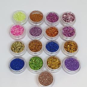 Farver til gelenegle, akrylnegle og shellack. Stort set aldrig brugt.  15 kr. Stk. Alle 17 farver for 220 kr.