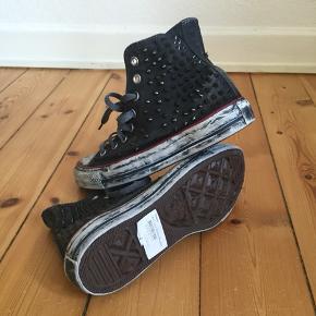 Converse HTC light studded sneaker Collection model Nypris: 2399kr. Aldrig brugt. Åben for bud 😊  Afhentes 2450 Kbh Sv eller sender med DAO