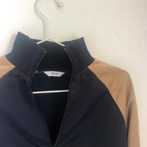 Envii half-zip sweatshirt i mørkeblå med beige og gule striber på.  Passer str. S-M  Byd!