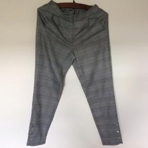 Ternede bukser fra YAS str. S. Med to forlommer  og elastik i linning på ryggen. Viskose og polyester blanding med 5 % elastan. Liggende måler livet 33 cm (fleksibelt pga elastik). Indvendig skridtlængde 70 cm. Brugt 1 gang.