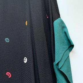 Smuk kjole / tunika  Født med huller i siden til bindebånd - de er syet til men kan naturligvis åbnes igen