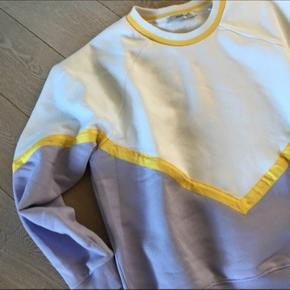 Sweatshirt brugt 3-4 gange. Det er en str. L men kan sagtens passes af en M. Den er til den lille side.