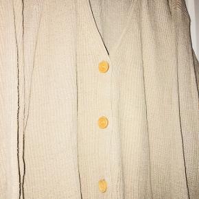 Blød sand farvet cardigan med træ knapper.   80% silke  20% bomuld