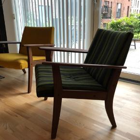 Teak lænestole. Man sidder rigtig godt i dem. Jeg har ombetrukket den ene og har stoffet til den anden også.  BYD