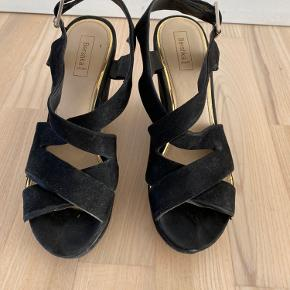 Bershka platforms in size 38. Has few minor damages which are visible in pictures and can be fixed by using little bit of glue.