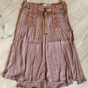 Super fin nederdel i en lille str 40 (der er ikke mærke i, men har en anden til salg som har den samme størrelse med mærke i). Den har høje slidser hvilke gør den let og frisk 💃 den er mega fin med en stram strop top 👍🏻 og evt fine sandaler ☺️  Se også alle mine andre annoncer 💃  Byd!