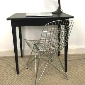Det perfekte lille skrivebord til den lille bolig... super fine lange ben og passer bare godt ind de fleste steder. Også godt som entre bord. B:48,5 cm L:73,5 cm H: 75.cmPris 950. Kr