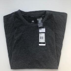 Varetype: T-shirt Størrelse: L Farve: Grå Oprindelig købspris: 599 kr.  Ubrugt lækker løbe/ træningstrøje fra Adidas. Købt i Salling og mærke sidder på endnu. Nypris 599,00.