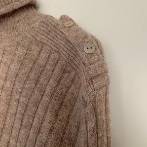Super lækker beigefarvet bluse / sweater  med fine detaljer i form af guld knapper.  70 % uld 30 polyamid  Sweateren har kun været brugt én gang, og den er så fin som ny.   Nypris var 800 kr.   *** SÆLGES FOR 299 PP ***  BYTTER IKKE!  Kan evt. hentes hos mig på Frederiksberg.