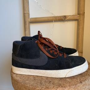 ✨ NIKE BLAZER ✨  UK 9 - EUR 44   Fin stand - enkelte tegn på slid. Disse ses på billederne. Af denne grund, sælges skoene billigt   Giv gerne (realistisk) bud 🙏🏼   Kvittering eller original kasse medfølger IKKE.   Kan mødes i København ved handel eller sende via. DAO