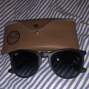 Erika Ray-Ban solbriller - stort set aldrig brugt, da jeg ikke synes de klæder mig. Har desværre ikke kvitteringen længere, men indestår for ægtheden og går gerne med ind til en vilkårlig brilleforretning og får verificeret ægtheden.