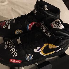 Supreme Adidas Air Force 1 NBA Edition Sælger ikke uden videre. Derforer prisen heller ikke lav.