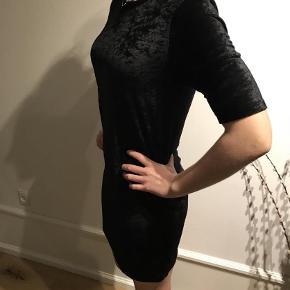 Varetype: Kjole Farve: Sort  Ubrugt velour kjole med korte ærmer fra Mads Nørgaard
