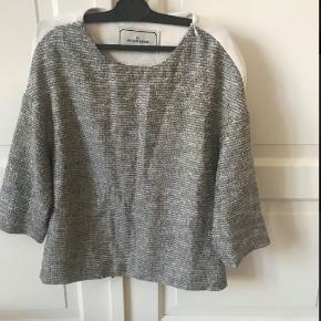Smuk Malene Birger trøje. Den er grå foran og hvid bagved med en stribe ned af ryggen. Den har ikke nogen huller.