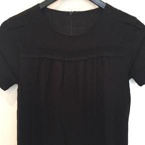 """Meget elegant kjole brugt 1 gang i sort stof der falder flot og """"tungt"""". Der er foer i kjolen.  Jeg bytter ikke."""