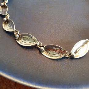 Vintage halskæde fra 50'erne lavet af Aarre & Krogh. Stemplet A&K Sterling Danmark. Fin stand. Den er 40 cm lang.  #vintage #retro #genbrug #sølv #sterlingsølv #halskæde #A&K #aarre&krogh
