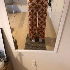 Straight bukser Bukserne er kun prøvet på og syet op så de passer en på 170 cm (se billede 2, viser hvor pænt de syet op) Udsolgt på Zara.