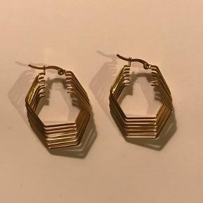 Grafiske og geometriske hoops, øreringe med et twist ❤️  Aldrig brugt.   Kan sendes.  Bijuteri, nikkelfri metal