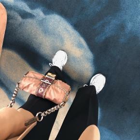 Overvejer at sælge min smukke prada taske, den er i krokodille og firben, og stof i nylon.  har misfarvning / patina!!   BYD 😊