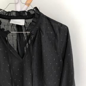 Fineste bluse fra Neo Noir med glimmerdetaljer   Str. L, passer sagtens en M