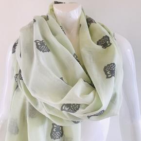 Lækkert tørklæde i super flotte farver fra Ebony, rigtig dejligt og let at have på Str. 90x180 cm 100 % bomuld
