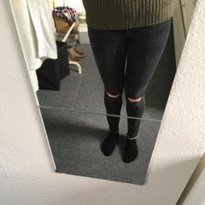 Grå bukser med huller i knæene fra Gina Tricot i str. 36. Fremstår i fin stand. Kan hentes i Nørresundby eller sendes på købers regning.
